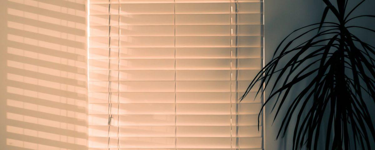 Czy jasne rolety w oknach to dobry pomysł